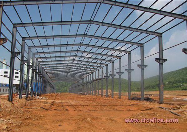 钢材的特点是强度高、自重轻、整体刚性好、变形能力强,故用于建造大跨度和超高、超重型的建筑物特别适宜;材料匀质性和各向同性好,属理想弹性体,最符合一般工程力学的基本假定;材料塑性、韧性好,可有较大变形,能很好地承受动力荷载;建筑工期短;其工业化程度高,可进行机械化程度高的专业化生产。钢结构应研究高强度钢材,大大提高其屈服点强度;此外要轧制新品种的型钢,例如H型钢(又称宽翼缘型钢)和T形钢以及压型钢板等以适应大跨度结构和超高层建筑的需要。